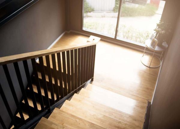 Escalera de madera de pino