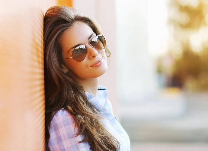 Summer fashion portrait pretty sensual woman in sunglasses posing in the city, street fashion