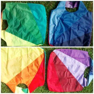 Meine Freundin Brigitte kam zeitgleich und unabhängig von mir auf dieselbe Idee! Aus einem sehr großen Regenschirm hat sie gleich zwei Taschen herausbekommen. (ohne Blog)
