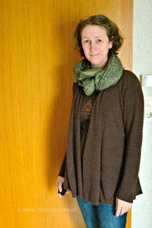 Mit braunem Shirt und grünem Schal.