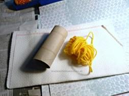 Zutaten: Klopapierrolle, Wolle und Stramin.