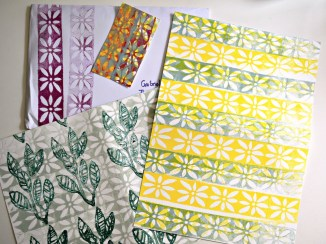Silke (ohne Blog) hat sogar mehrere Blätter geschickt: Eine abstrahierte Blume, die ich mir gut als Bordüre einer Tapete vorstellen könnte, mehrfarbig kombiniert und zusätzlich mit Blättern. Ich mag ihre fröhliche Farbkombination, teilweise übereinander gedruckt, sehr.