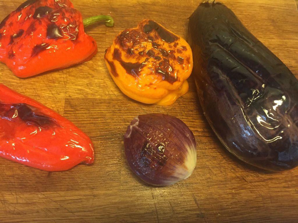 Bønnesalat og aubergine-peberfrugt dip - grill tema