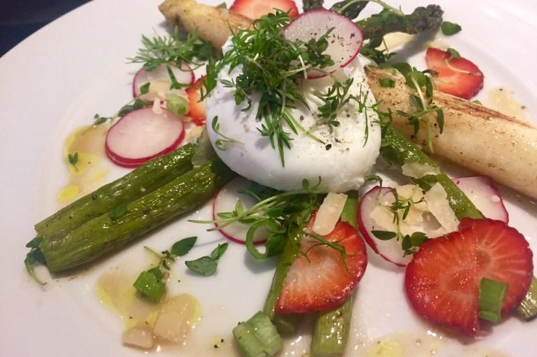 Pocheret æg på smørstegte hvide og grønne asparges - Madfilosofie