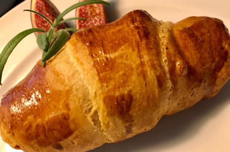 Croissanter med brieost og friske figner