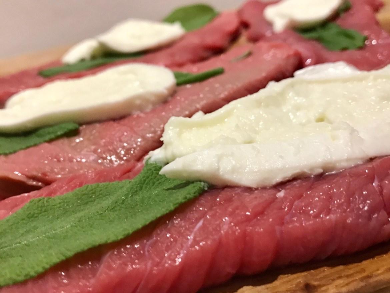 Klassisk italiensk saltimbocca med mozzarella
