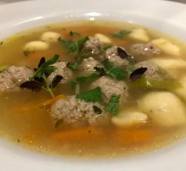 Klar suppe med hjemmelavet kød- og melboller