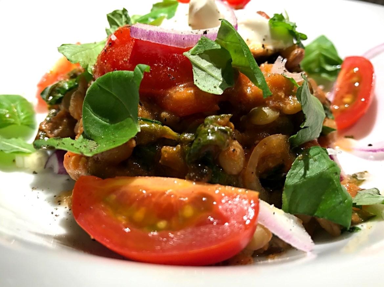 Vegetarret med grillede aubergineskiver, linser og frisk spinat