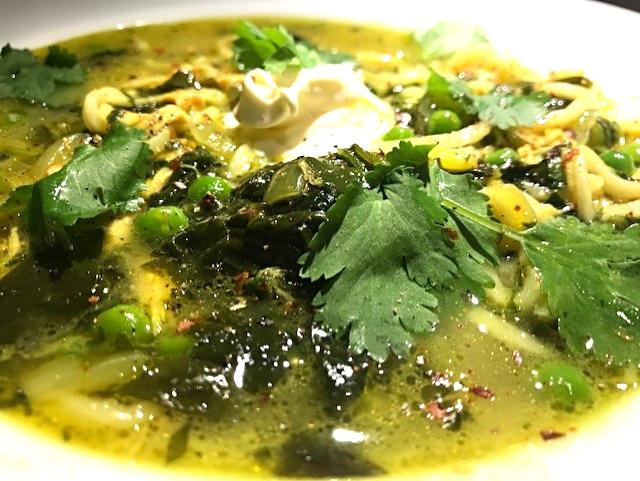 Grøn kyllinge-karrysuppe med spinat, kokosmælk og nudler