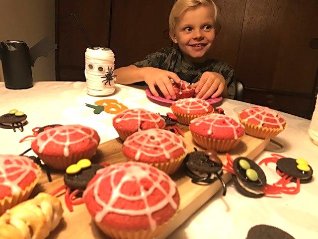 Kreative sysler med ungerne - dæk et festligt og (u)hyggeligt Halloweenbord