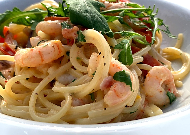Spaghetti carbonara med rucolasalat og rejer
