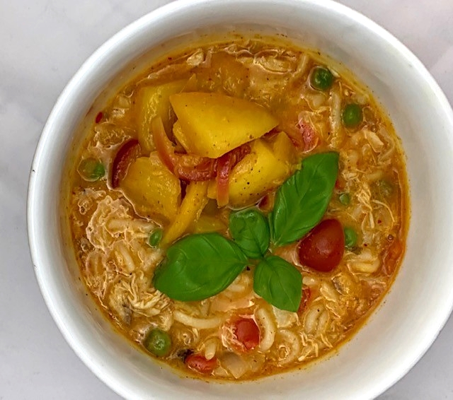 Sund asiatisk hønsekødssuppe med mangochutney