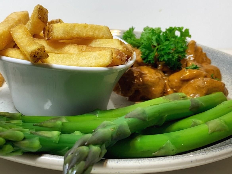 Boeuf stroganoff med pommes og grønne asparges