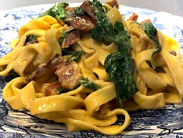 Cremet pasta med chorizo og spinat