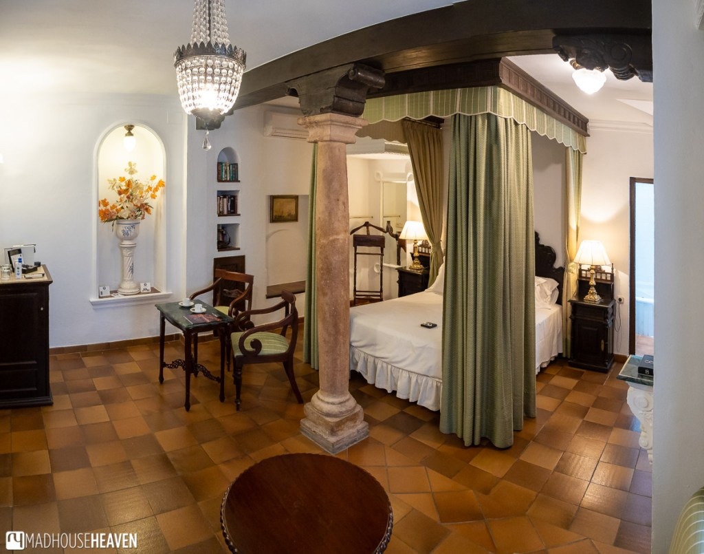 Ground floor suite in the Palacio San Gabriel in Ronda, with a marble column in the centre
