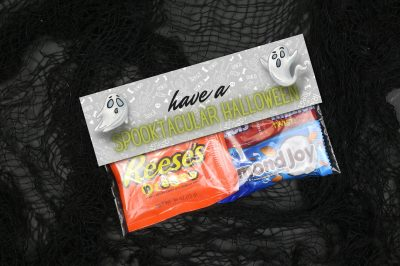 a Ziploc bag of Halloween candy with printable bag toppers that read Have a Spooktacular Halloween