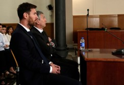 Barcelona's Lionel Messi, foreground, and his father Jorge Horacio Messi sit in court in Barcelona, Spain, Thursday June 2, 2016. Photo: AP