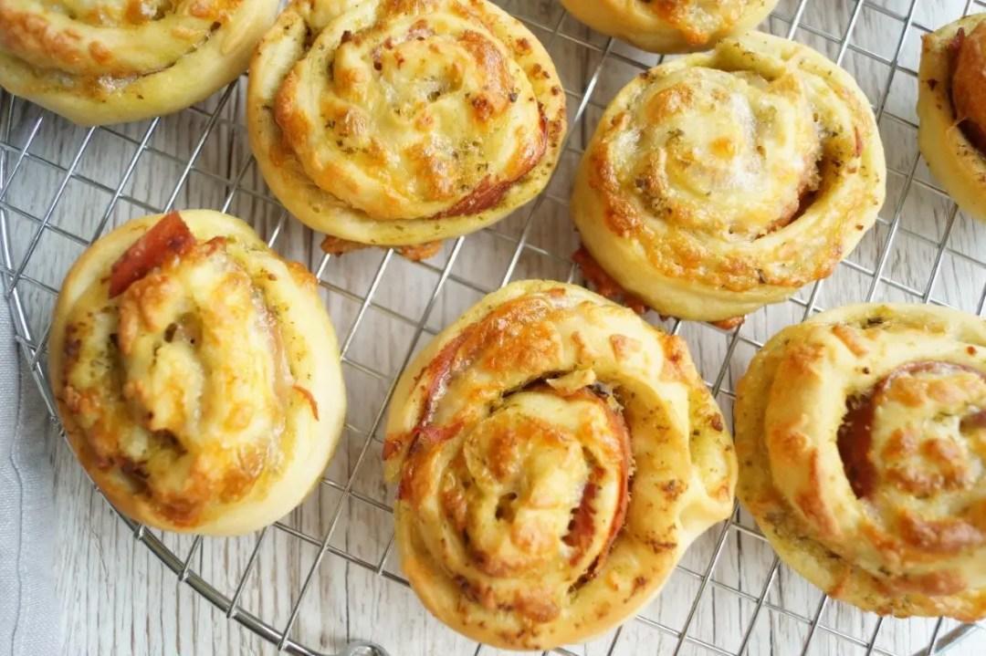 Pizzasnegle med pesto og serranoskinke