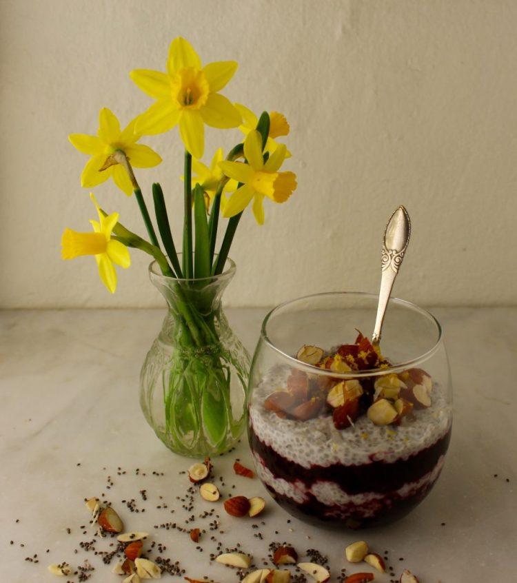 Kold chiagrød m/blåbærkompot og mandler - Mad med glød