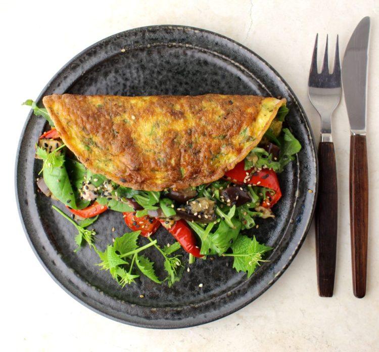 Omelet med løgkarse og fyld af grøn blandet salat m/bagte auberginer og rødpeber - Vegansk opskrift - Mad med glød