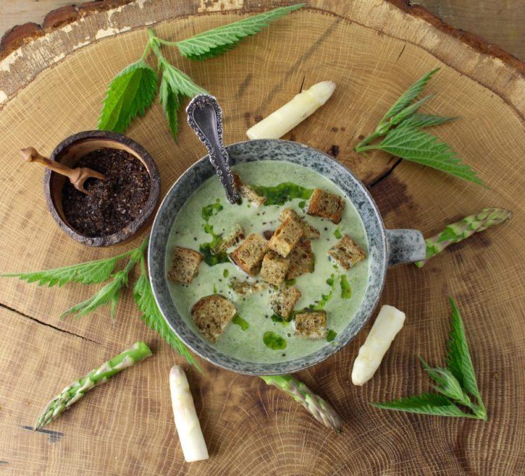 Asparges-brændenældesuppe med røget salt - Vegansk opskrift - Mad med glød