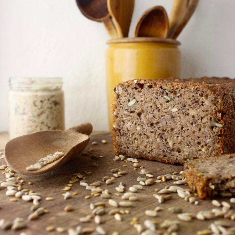 Rugbrød med græskarkerner, hørfrø og solsikkekerner - Plantebaseret / Vegansk opskrift - Mad med glød