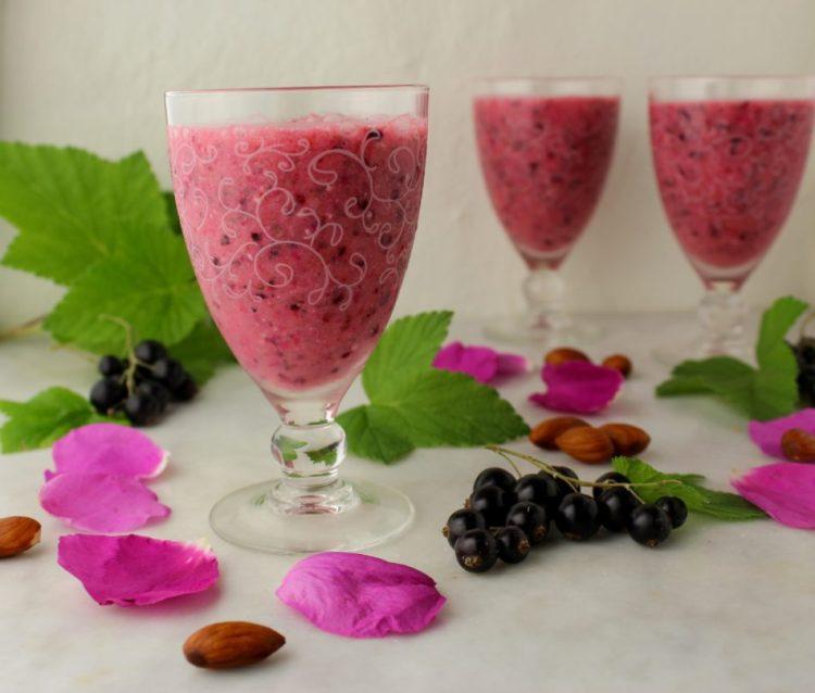 Smoothie med solbær, hybenroseblade og andet godt - Vegansk opskrift - Mad med glød
