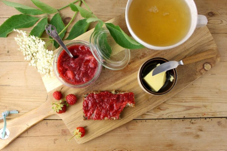 Jordbær, rabarbermarmelade med hyldeblomstsukker, vanille og citronskal - Mad med glød