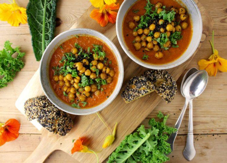Tomatsuppe med bagte grønsager og kikærtetopping - Vegansk opskrift - Mad med glød