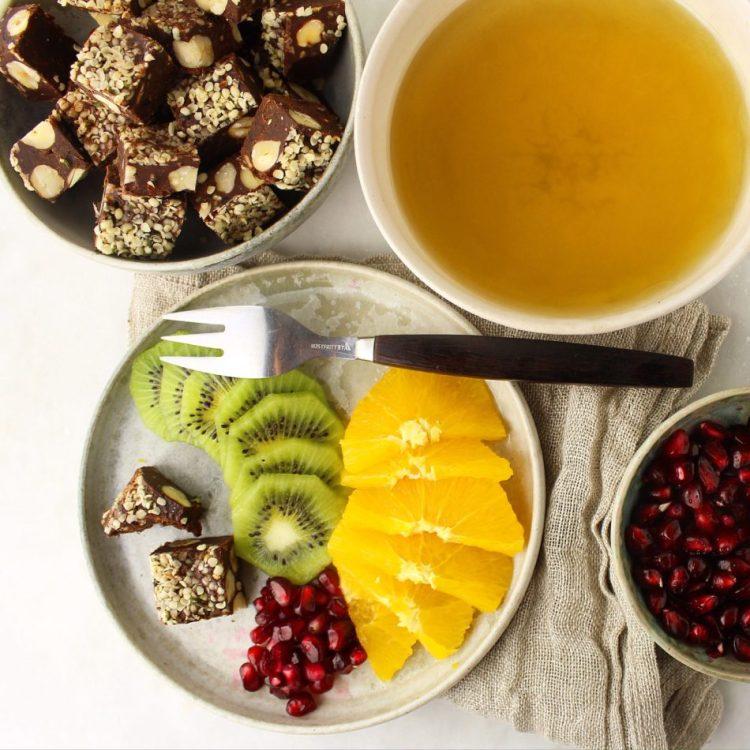 Kakaokonfekt med dadler, hasselnødder og peanutbutter - Vegansk, sukkerfri opskrift - Mad med glød