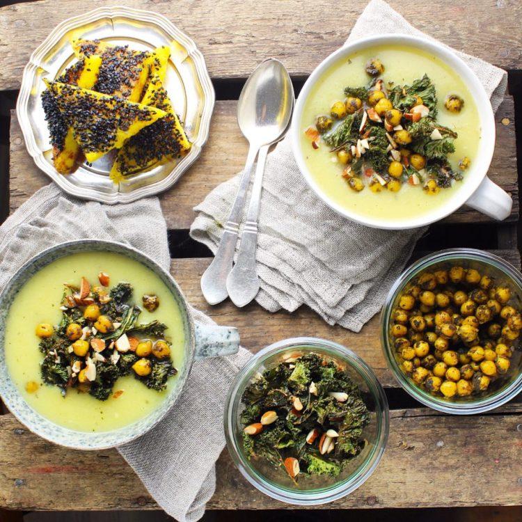 Pastinaksuppe med grønkålschips, mandler og ristede kikærter - Vegansk opskrift - Mad med glød