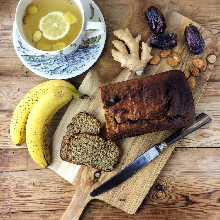 Banankage med peanutbutter, frisk ingefær, ceylonkanel og vild kardemomme - Mad med glød