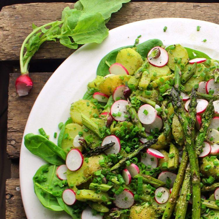 Kartoffelsalat med avocadocreme, spinat, asparges og radiser - Plantebaseret / Vegansk opskrift - Mad med glød