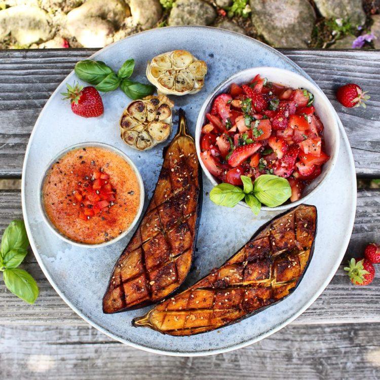 Bagte auberginer med tomat/jordbærsalsa og bønnepúré - Mad med glød