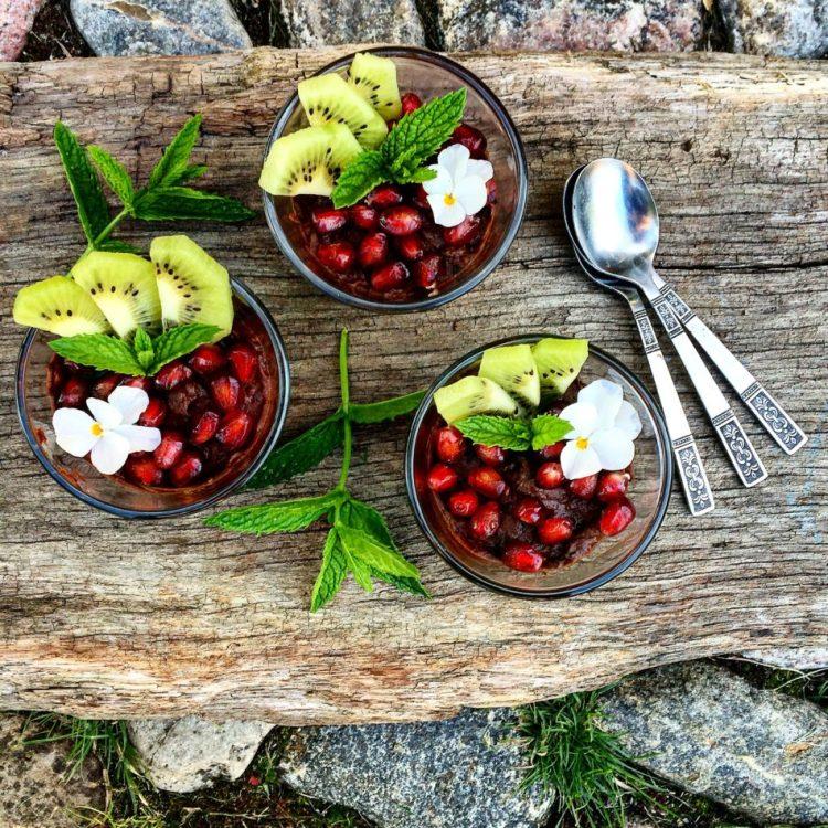 Chokolademoussé med sorte bønner, avocado og kakao - Vegansk og mælkefri opskrift - Mad med glød