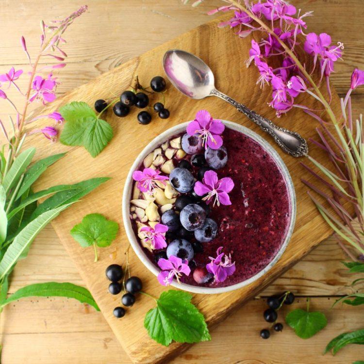 Smoothie bowl med banan, blåbær, solbær og spinat - Vegansk og mælkefri opskrift - Mad med glød