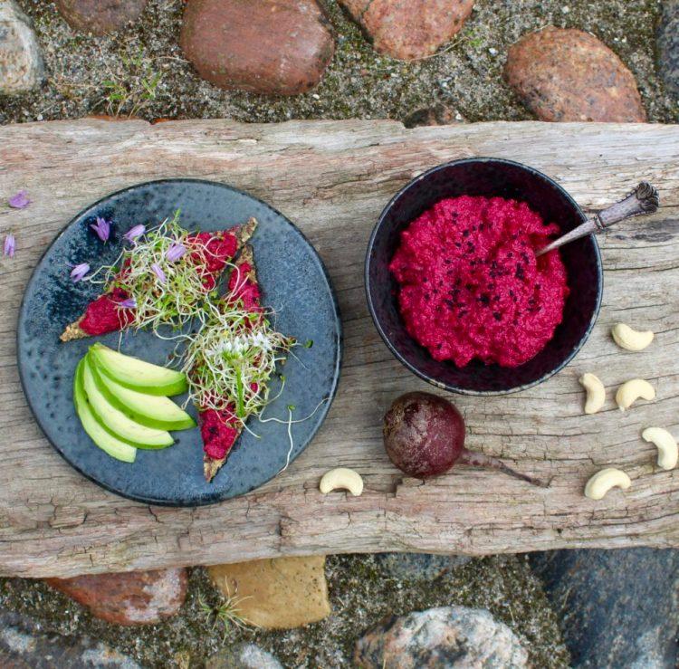 Rødbedepålæg med cashewnødder og peberrod - Plantebaseret / vegansk opskrift - Mad med glød