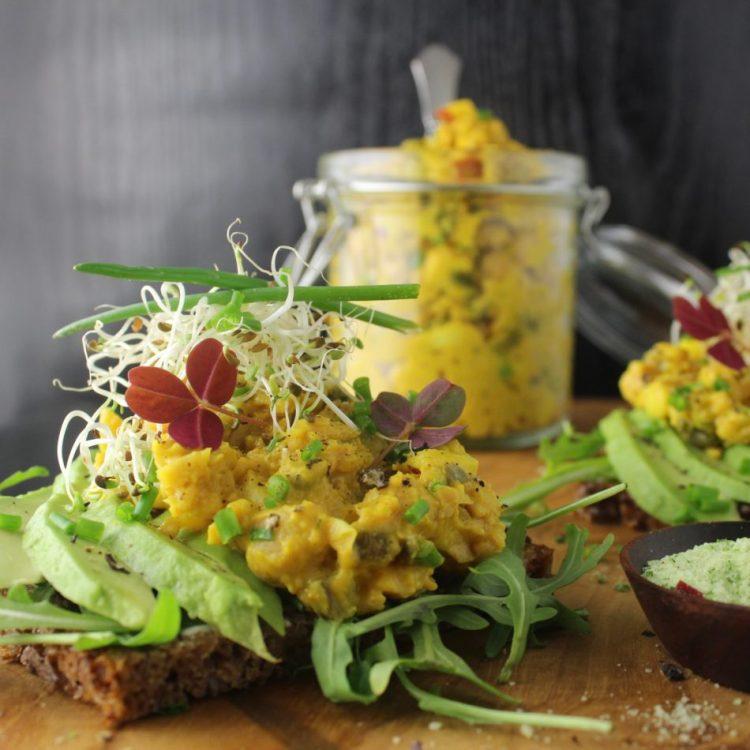 Kikærtesalat med karry og gurkemeje - Plantebaseret / Vegansk opskrift - Mad med glød