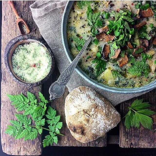 Brændenældesuppe med kartofler, løvstikke og røget tofu- Plantebaseret / Vegansk opskrift - Mad med glød