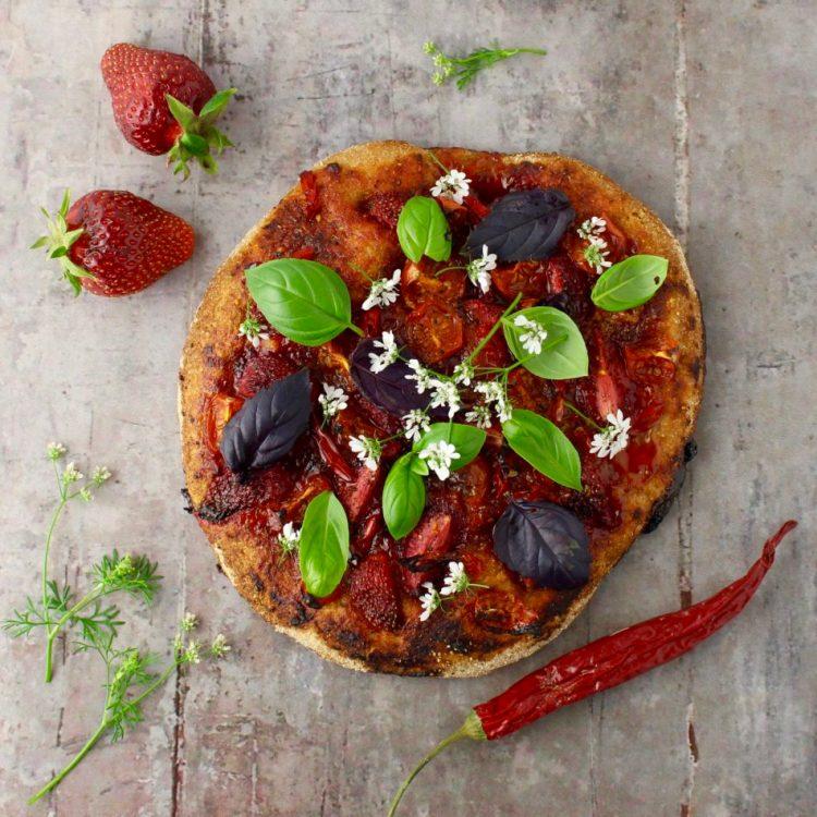 Pizza med jordbær, cherrytomater og chili - Plantebaseret / Vegansk opskrift - Mad med glød