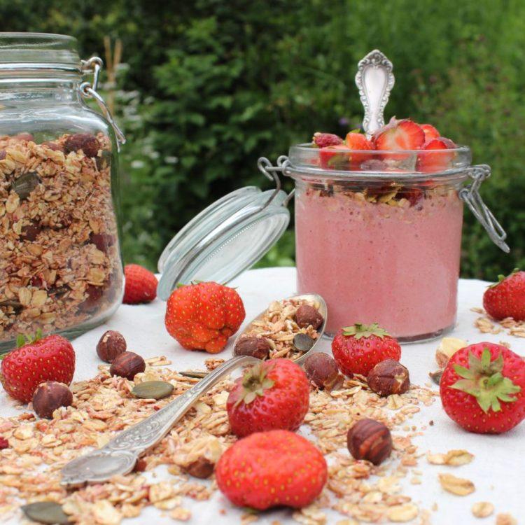 Jordbærgranola opskrift - Plantebaseret / Vegansk - Mad med glød