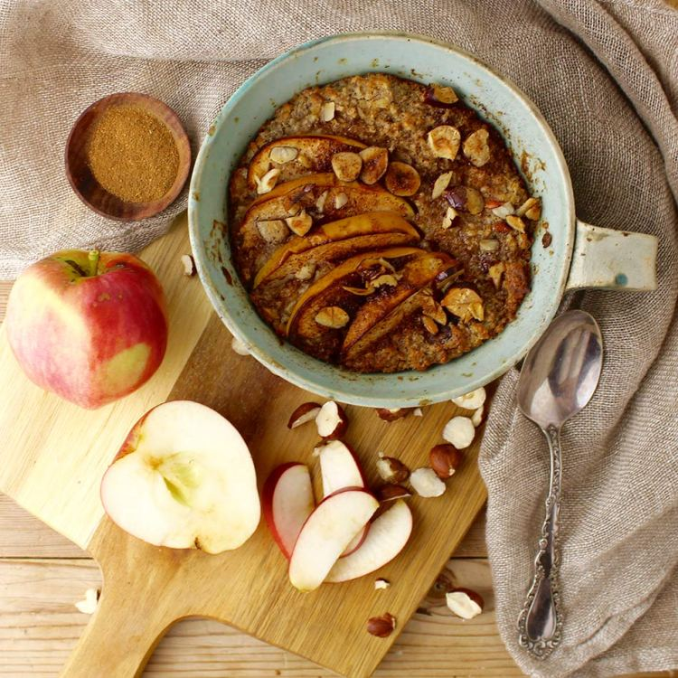Bagt havregrød med æble, hasselnødder, kanel og kardemomme - Mad med glød
