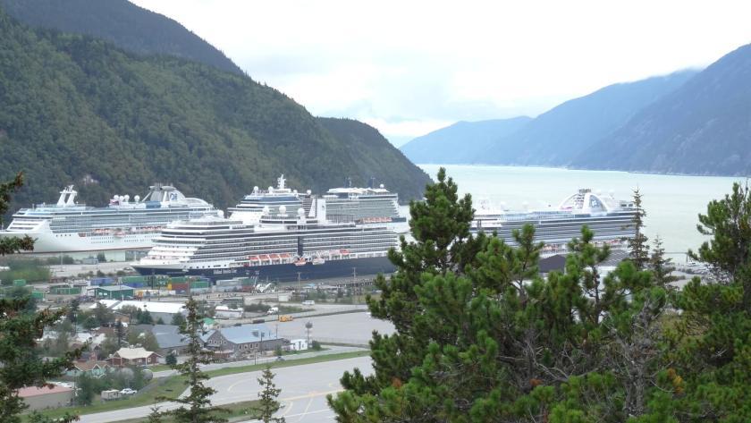 Hafen von Skagway (Alaska) mit Kreuzfahrtschiffen