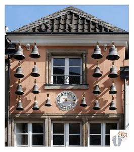Entdeckt beim Rundgang durch Düsseldorf (Deutschland): Hausfassade mit insgesamt 18 verschieden großen Glocken