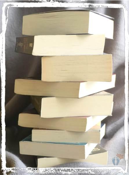 Minimalismus und Ausmisten: Wohin mit dem aussortierten Bücherstapel?