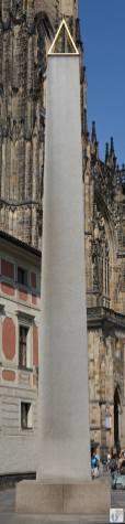 riesiger Granit-Obelisk im dritten Innenhof der «Prager Burg» {Reisetagebuch Prag}
