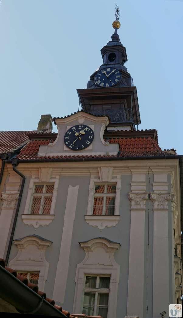 «Jüdisches Rathaus» - «Židovská radnice»: Am Turm befindet sich eine Uhr mit römischem Zifferblatt; an der Altneu-Synagoge eine weitere Uhr mit hebräischem Zifferblatt, deren Zeiger in umgekehrter Richtung von rechts nach links laufen. {Reisetagebuch Prag}