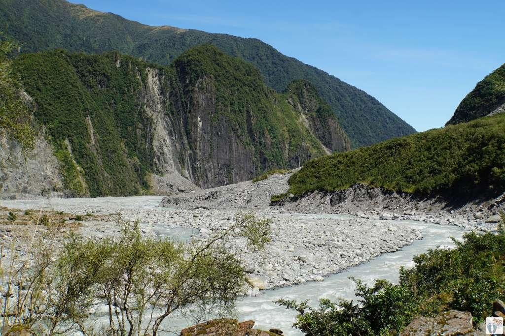 Gesteins- und Geröll-Ebene des «Fox Glaciers» {Reisetagebuch «Roadtrip durch Neuseeland mit dem Bus»}
