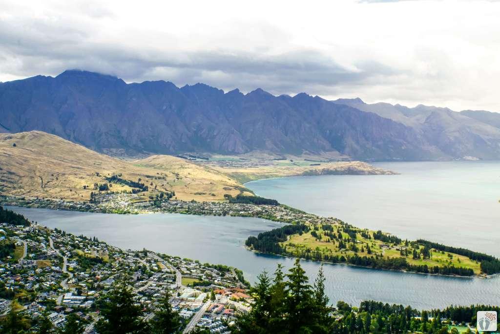 Blick auf «Queenstown» und «Lake Wakatipu» {Reisetagebuch «Roadtrip durch Neuseeland mit dem Bus»}