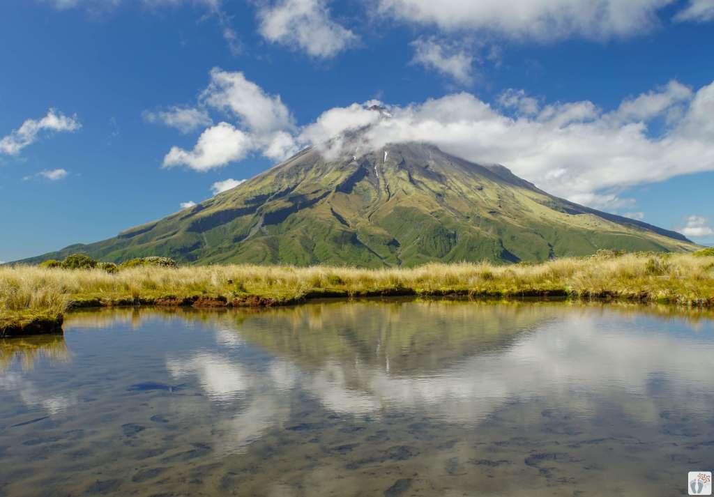 Mount Taranaki/Mount Egmont vor dem Pouakai Tarn {Reisetagebuch «Roadtrip durch Neuseeland mit dem Bus»}